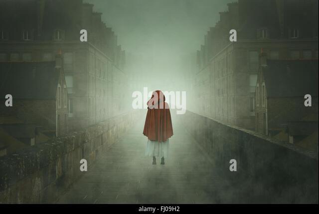 Geheimnisvolle vermummte Frau in einer steinernen Stadt. Seltsam und surreal Stockbild