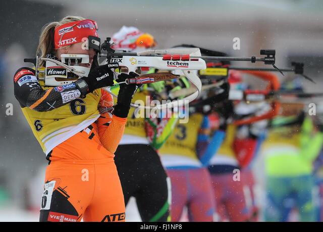 Tyumen, Russland. 28. Februar 2016. Slowakische Biathletin Paulina Fialkova (L) konkurriert, Silber in der Frauen Stockbild