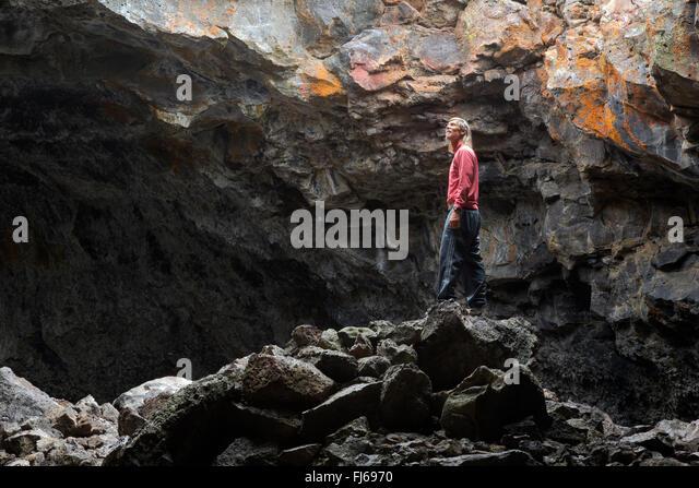 ID00455-00... IDAHO - Indian Tunnel, eine Lavaröhre am Krater des Moon Monument and Preserve zu erkunden. Stockbild