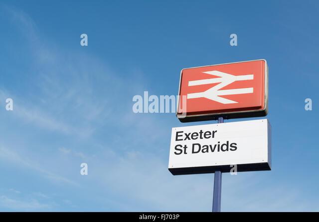 Classic British Rail Logo angezeigt außerhalb Exeter Str. Davids Station, Exeter, Devon, England, Vereinigtes Stockbild