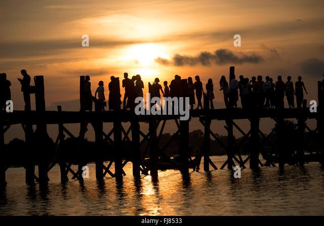 3/4 Meile über Taungthaman See neben der alten Hauptstadt von Amarapura (jetzt Teil von Mandalay), dehnen die Stockbild