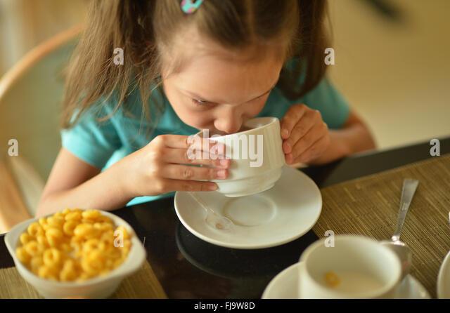 kleines Mädchen beim Frühstück Stockbild