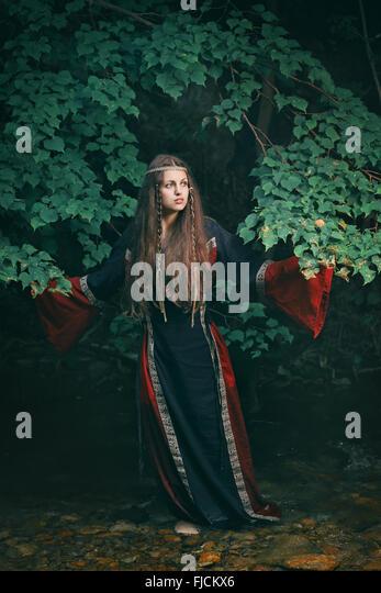 Schöne junge Frau mit mittelalterlichen Kleid im Bergbach Stockbild