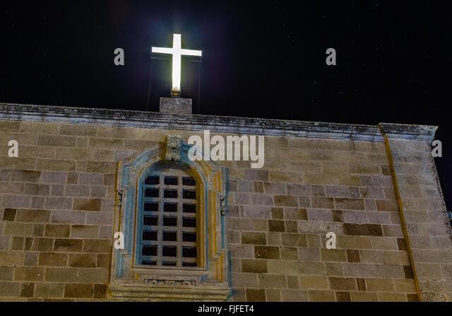 Nachtansicht von Kreuz auf Katholiken Kirche in Italien Stockbild