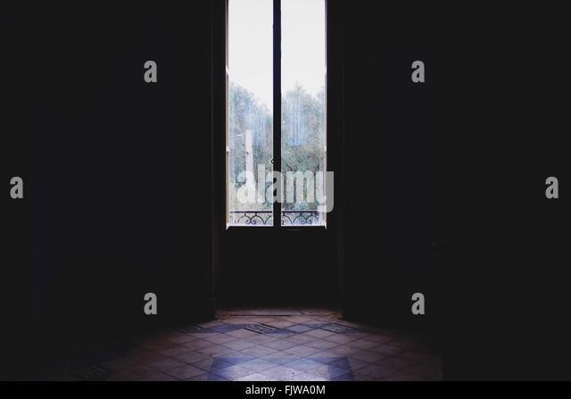 Leeren Innenraum mit geschlossener Glastür Stockbild