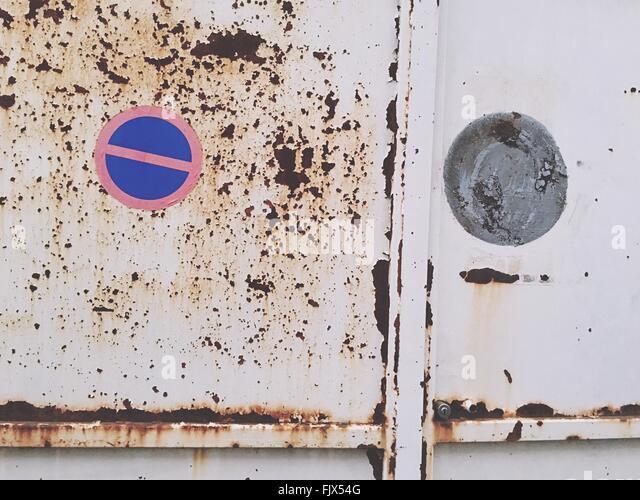 Full-Frame-Schuss von Schild an verlassenen Tür weiß Rusty Metallic Stockbild