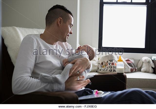 Vater mit Baby Sohn im Kindergarten Stockbild