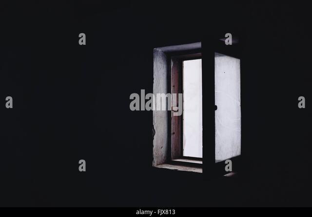 Offene Fenster In der Dunkelkammer Stockbild