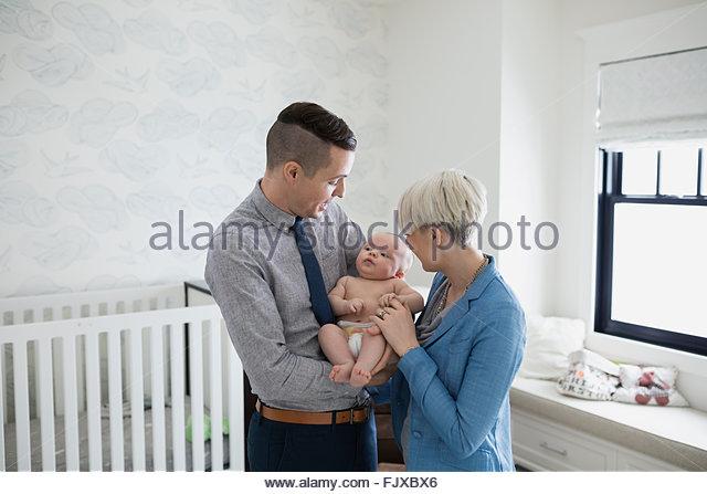 Eltern mit Baby Sohn im Kindergarten Stockbild