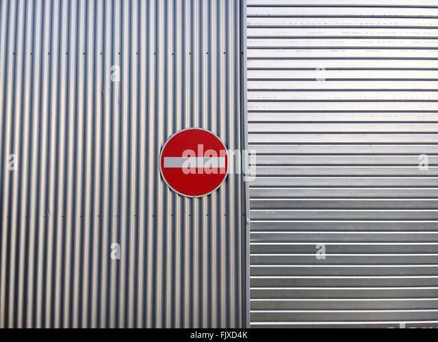 Schild auf Metallwand Stockbild
