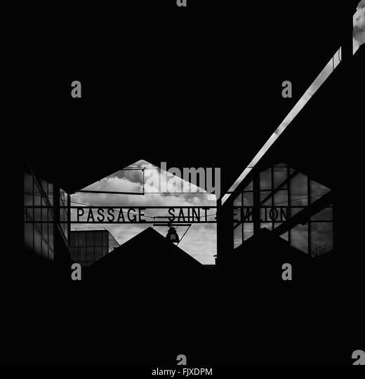 Niedrigen Winkel Ansicht des Textes auf Silhouette Gebäude Stockbild