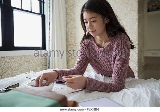 Teenagerin, die Herstellung von Schmuck Stockbild