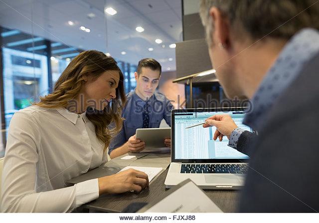 Geschäftsleute, die mit Laptop Chef Büro 25-29 Stockbild