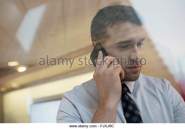 Geschäftsmann, reden über Handy nach unten Stockbild