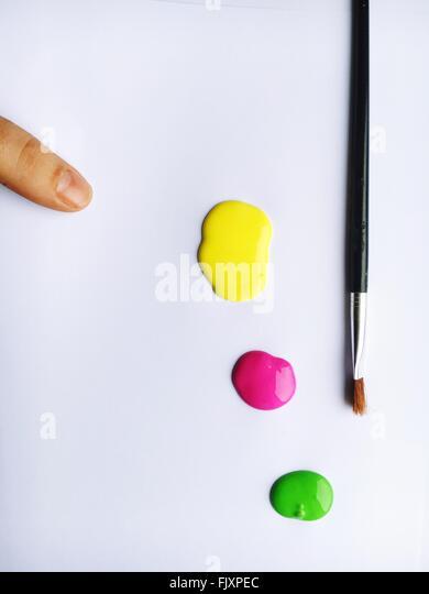 High Angle View Of Pinsel und Farben auf weißem Papier Stockbild