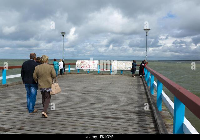 PALANGA, Litauen - AUGUST 08,2015: Marine-Pier mit einem flanierende Touristen in die Stadt Palanga. Stockbild