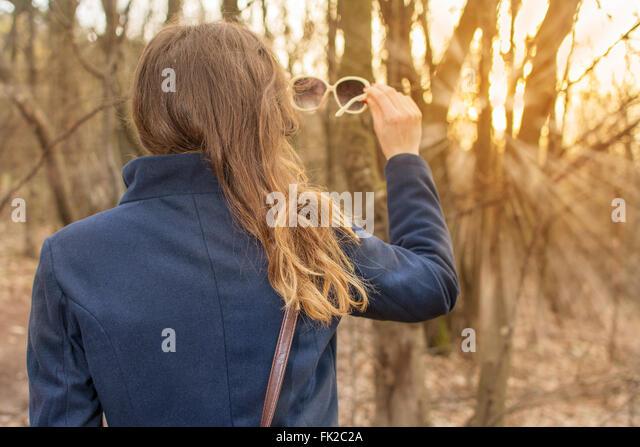 Mädchen auf Wandern Reise genießen und der Sonne zugewandt Stockbild