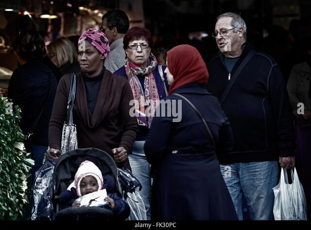 Menschen aus verschiedenen Kulturen, die zu Fuß durch einen traditionellen Markt Mallorca. Stockbild