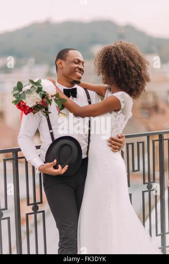 Glücklich afrikanische Braut und Bräutigam sanft umarmt Stockbild