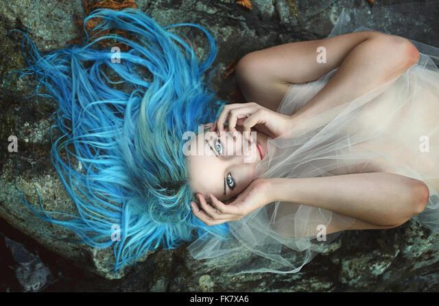 Schönen Fluss Nymphe auf Felsen posieren. Fantasie und Mythos Stockbild