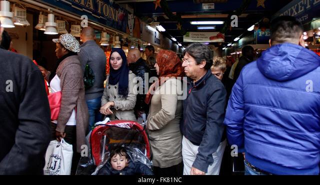 Menschen aus verschiedenen Kulturen, die zu Fuß durch einen traditionellen Markt auf Mallorca. Stockbild