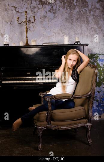 hübsche junges blondes echte Mädchen am Klavier im alten Stil verrostet Interieur, Vintage Konzept Stockbild
