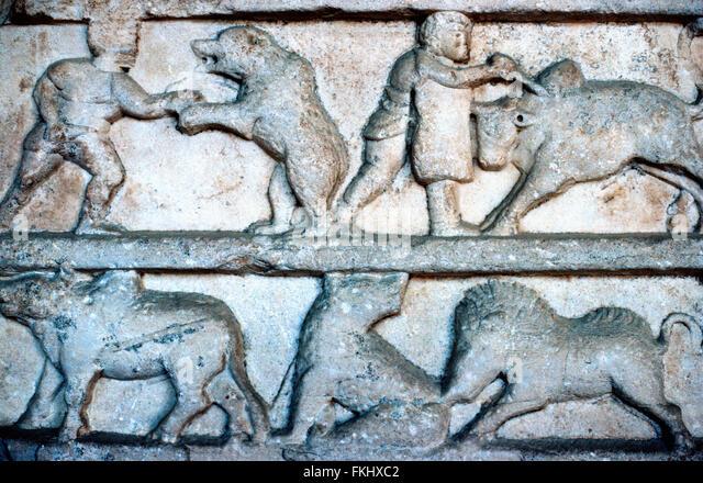 Geschnitzte Graeco-Römischen Marmor Tier Fries einschließlich Tierkämpfen, Bear Baiting und ein Gladiator Stockbild