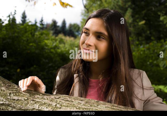 Die Natur genießen. Junge Frau genießen die frische Luft im grünen Wald. Lifestyle Konzept echtes - Stock-Bilder