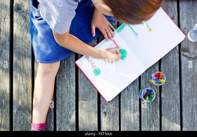 Mädchen Bild im Notebook, hoher Winkel zeichnen Stockbild