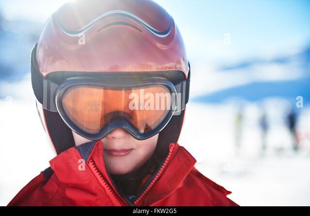 Junge auf Skiurlaub Stockbild