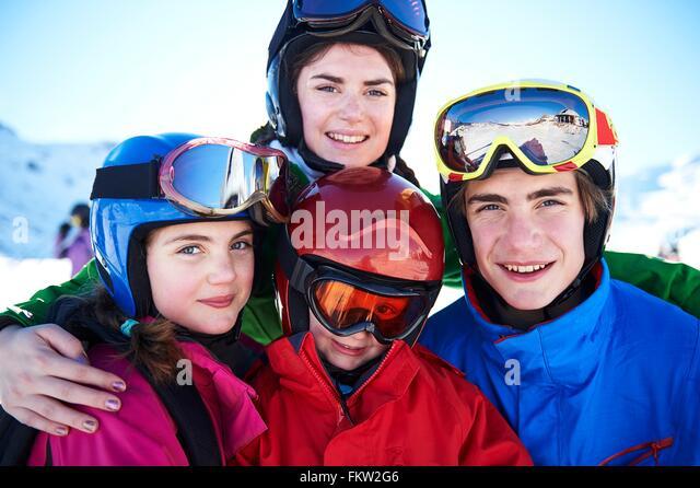 Schwestern und Brüder auf Skiurlaub Stockbild