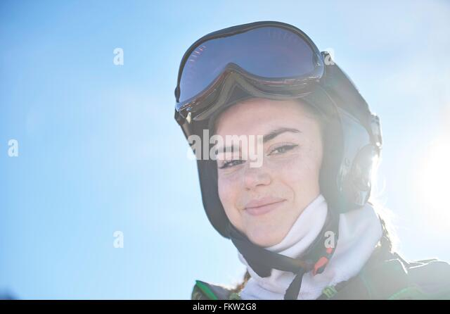 Mädchen auf Skiurlaub Stockbild