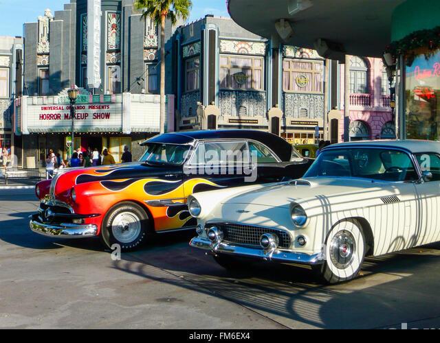 Zwei alte amerikanische Autos aus den 50er Jahren außerhalb ein Theater. Stockbild