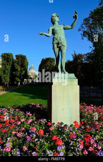Frankreich, Paris, Luxemburg-Garten, der griechischen Schauspieler von Charles Arthur Bourgeois mit dem Pantheon Stockbild
