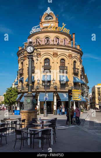 Stadtzentrum ist quadratisch mit Gallo Azul Gebäude und Pedro Domecq Uhr, Jerez De La Frontera, Andalusien, Stockbild