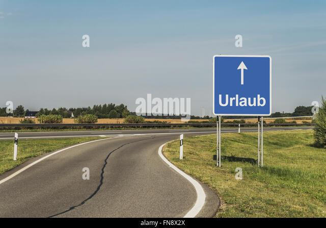 Straßenschild mit dem deutschen Titel Urlaub (Ferien) auf der deutschen Autobahn (Autobahn), Deutschland, Europa Stockbild