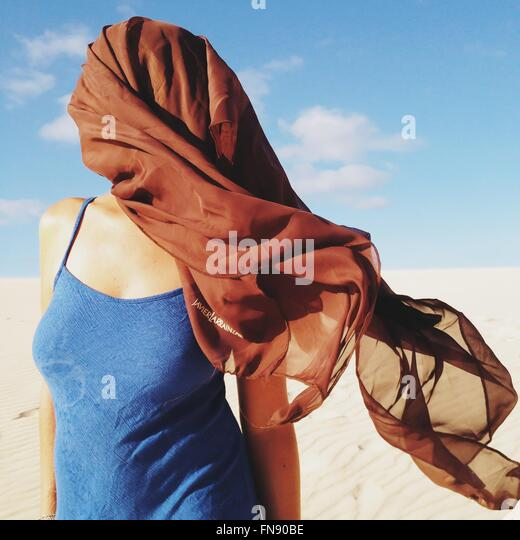 Frau mit Kopftuch bedeckt ihr Gesicht Stockbild