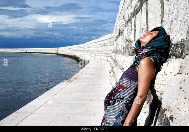 Lächelnde schwangere Frau in der Nähe von venezianischen Mauern, Venedig, Italien Stockbild