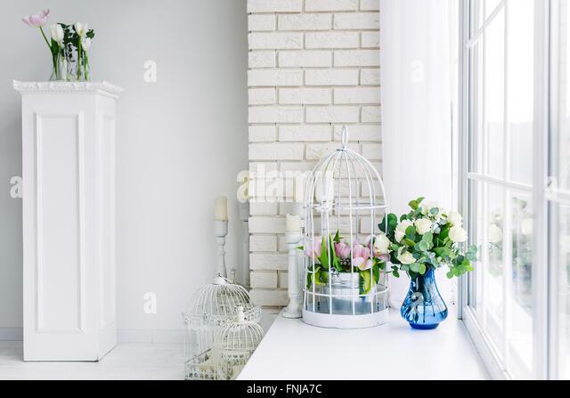Blumen auf der Fensterbank im studio Stockbild