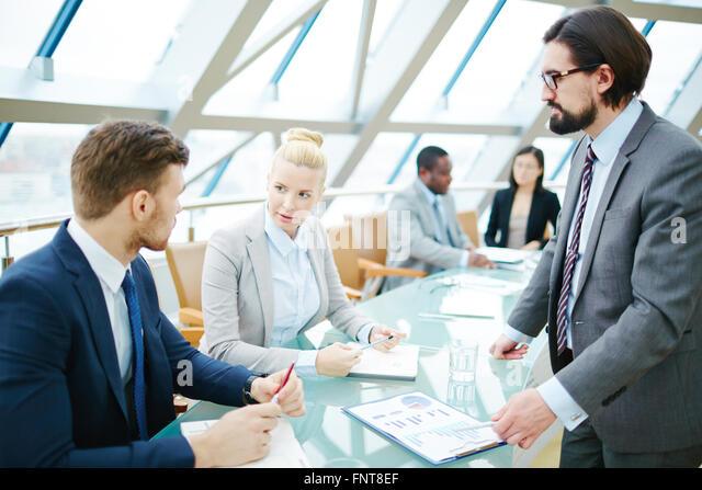Gruppe von Geschäftsleuten, die während einer Sitzung diskutieren Stockbild