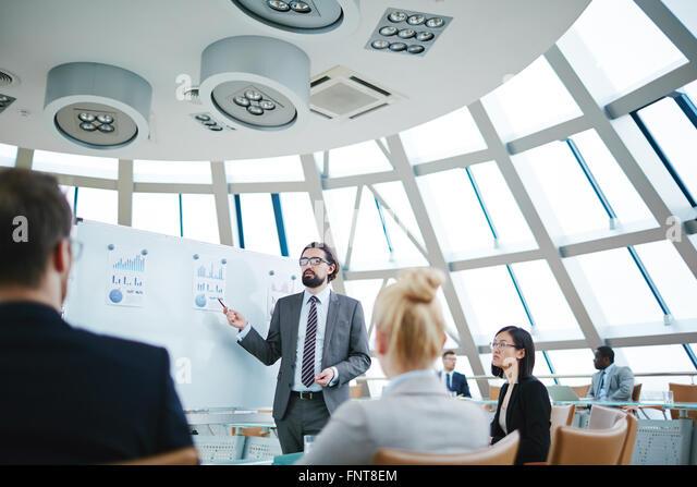 Unternehmer-Business-Projekt, seine Partner zu erklären, während der Präsentation Stockbild