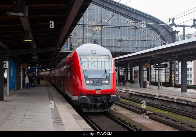 """BERLIN, März 10: ein Regionalzug kommt zum Bahnhof """"Bahnhof Friedrichstraße"""" in Berlin am 10. Stockbild"""