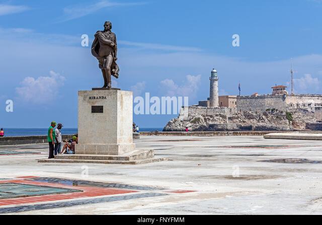 Havanna, Kuba - 1. April 2012: Miranda Denkmal und Gruppe der Kubaner vor Moro Burg nur zur redaktionellen Verwendung. Stockbild
