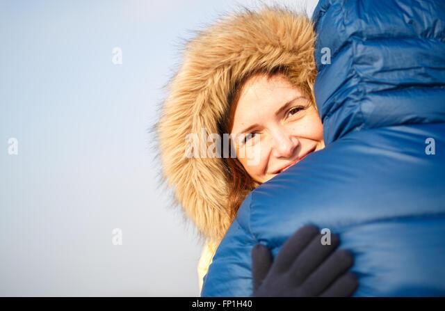 glückliches Paar von männlichen und weiblichen umarmen Ain Winter im freien Stockbild
