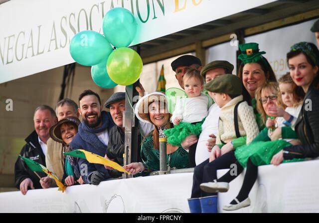 London, UK. 13. März 2016. Tausende nehmen Teil in St. Patricks Day Parade und Festlichkeiten auf dem Trafalgar Stockbild