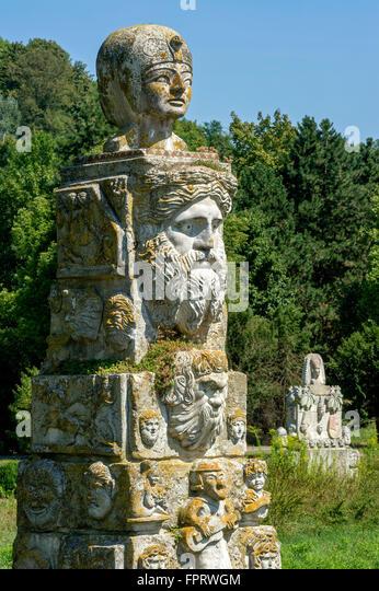 Groteske Skulpturen in gemischte Stile der verschiedenen Epochen durch Max Buchhauser Skulptur Garten Max-Buchhauser Stockbild