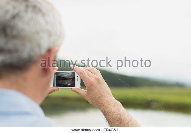 Nahaufnahme des Mannes mit Smartphone zum fotografieren. Stockbild