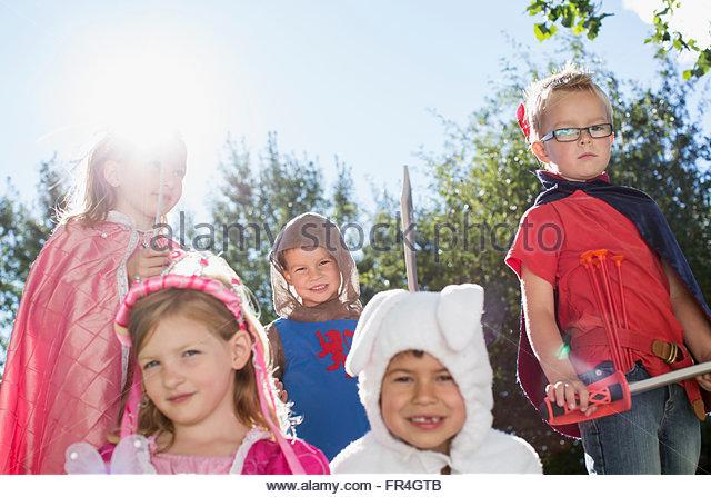 Fünf Kinder in Kostümen auf Familientreffen gekleidet. Stockbild