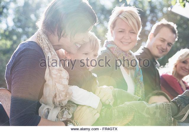 Mutter halten zwei Jahre alten Sohn auf Familientreffen. Stockbild