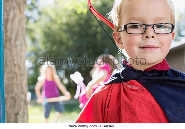 Porträt von sechs Jahre alter Junge gekleidet Kap mit Bogen und Stockbild